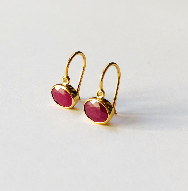 14k gouden oorbellen met robijn  en diamant  - Goudcentrum.nl