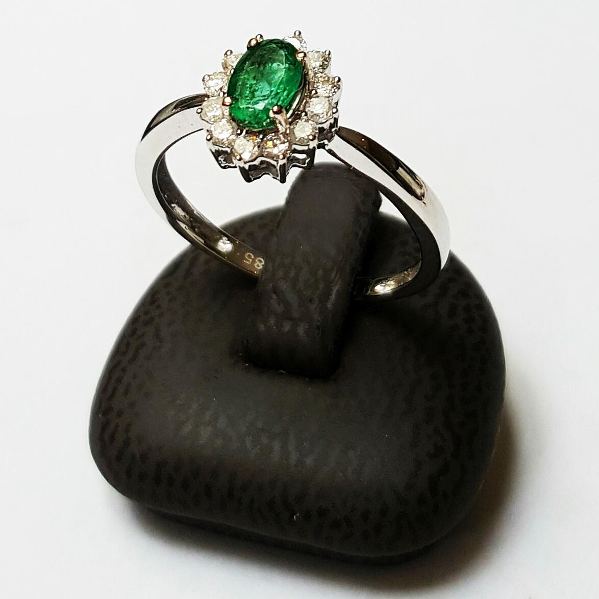 Witgouden entourage ring bezet met smaragd en briljant geslepen diamanten  - Goudcentrum.nl
