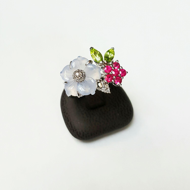 Witgouden ring bezet met briljantjes, peridoot, bergkristal en robijnen - Goudcentrum.nl